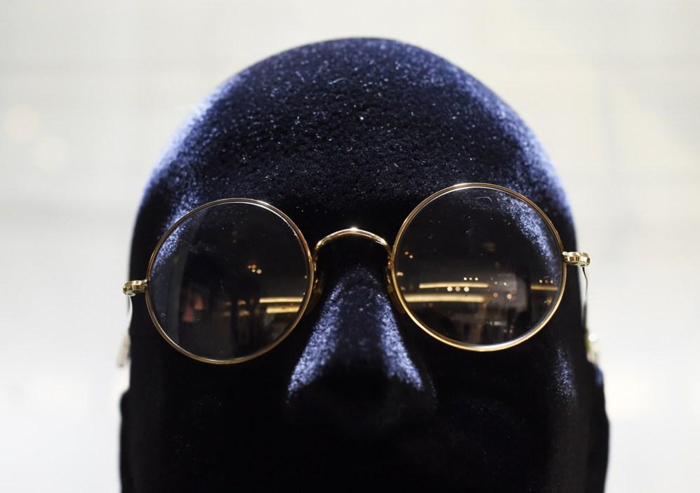 Gafas usadas por John Lennon se exponen en la exhibición de la casa...