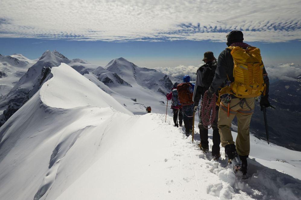 Escaladores dejan la cima del Breithorn, que marca la frontera entre...
