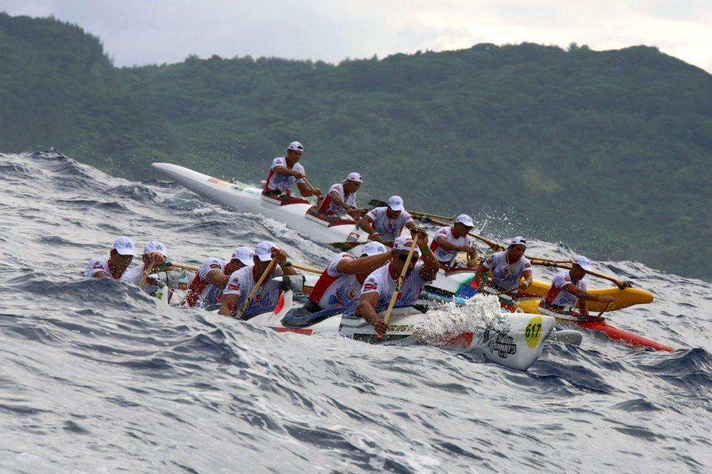 Equipos reman en su Vaa, una canoa polinesia, en el primer día de la...