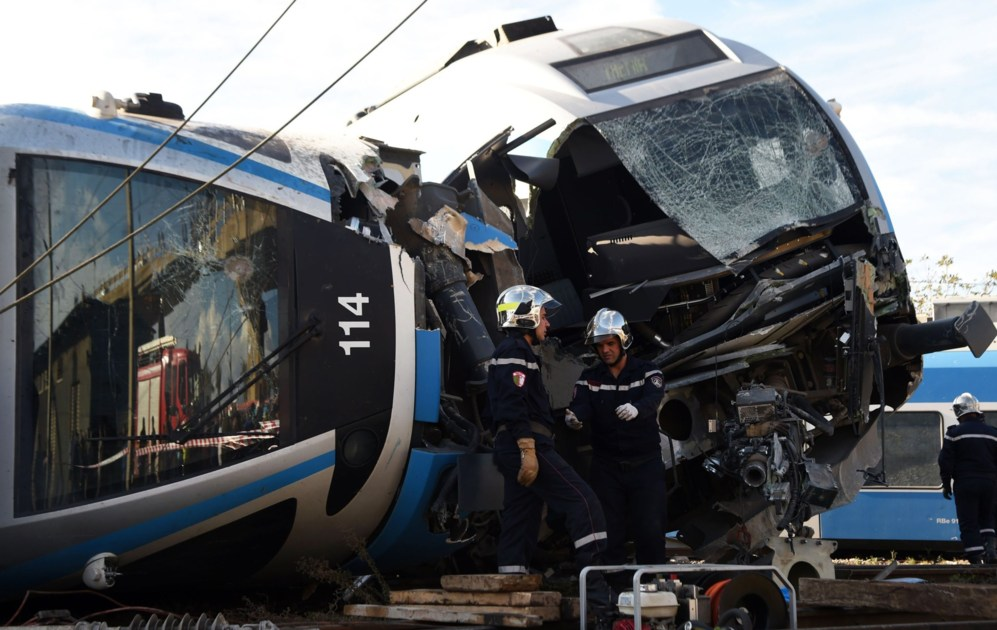 Zapadores argelinos trabajan en el lugar de un accidente de tren, en...