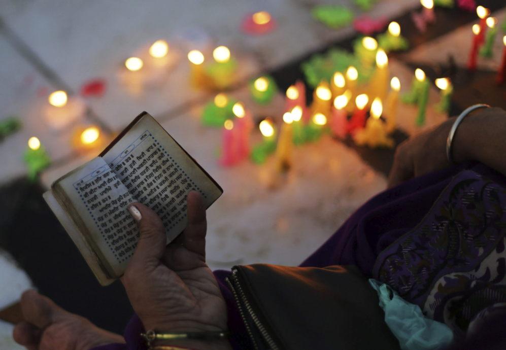 Un hombre reza ante el templo dorado con motivo del aniversario del...