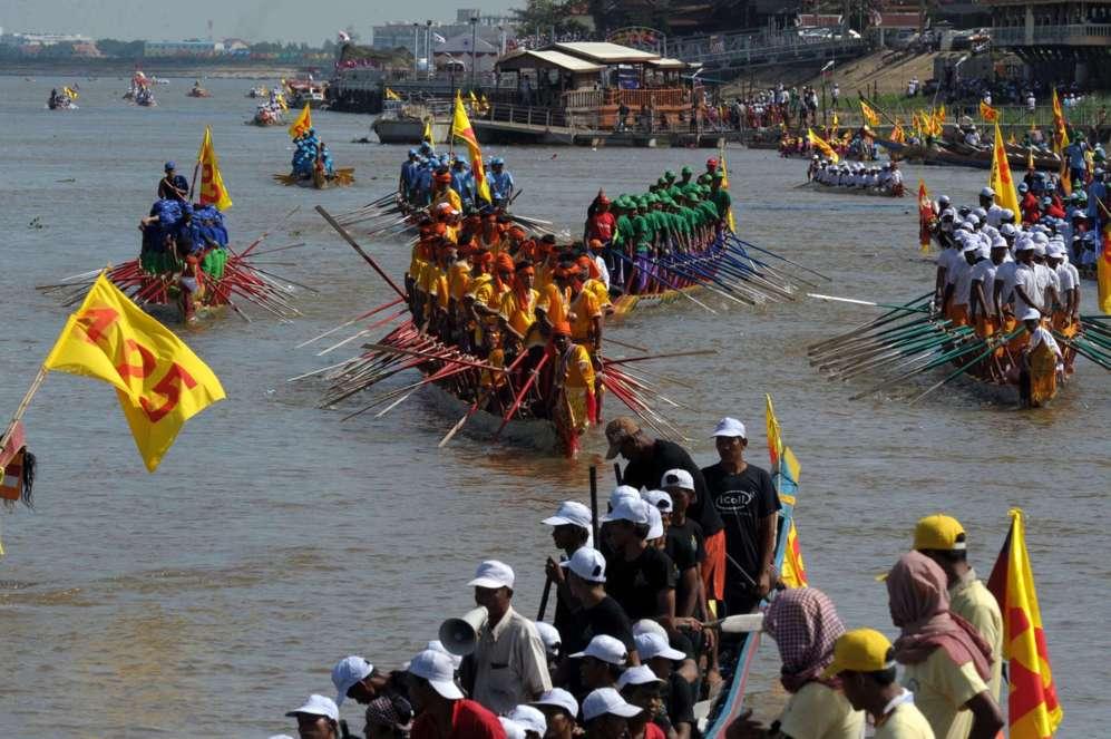 Remeros de Camboya se ponen de pie en sus barcos, durante el Festival...