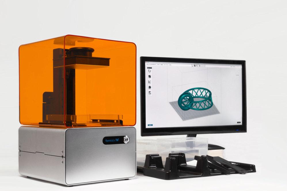 <STRONG>SIN PLÁSTICO.</STRONG>  No todas las impresoras 3D utilizan los mismos sistemas para imprimir los objetos. Form1+ es una máquina que crea objetos sólidos trabajando mediante láser una resina especial de metacrilato que puede tener diferentes colores. El proceso es conocido como estereolitografía y tiene la ventaja de que permite un mayor nivel de detalle y velocidades de impresión mucho mayores a la de los modelos de impresión con plástico ABS (la mayoría). Form1+, de hecho, ofrece un tamaño de capa variable entre 25 y 100 micrones. Puede fabricar objetos de 125 x 122 x 165 milímetros de tamaño. En el kit incluye además varios materiales y herramientas para dar un acabado más pulido a los objetos. Tiene el inconveniente frente a la competencia de que es más cara que una impresora 3D basada en inyección de plástico ABS, aunque se trata de un modelo asequible para el tipo de tecnología que utiliza. <STRONG>PVP:</STRONG> 3.000 euros. <STRONG>www.formlabs.com</STRONG>