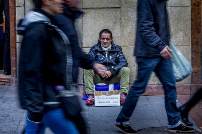 Una persona pide limosta en una calle del País Vasco.