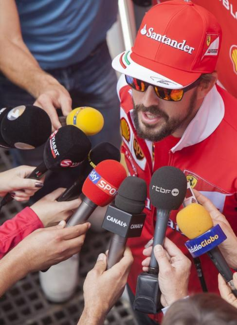 Fernando Alonso atiende a los medios en Sao Paulo.