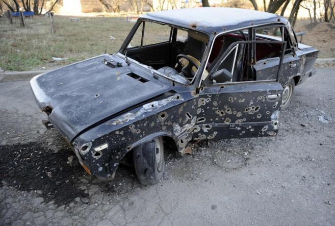 Un coche, agujereado por las balas en las calles de Donetsk.