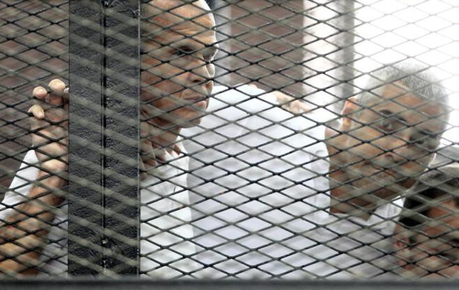 Dos periodistas, encarcelados en El Cairo, el pasado verano.