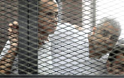Dos periodistas de Al Jazeera, encarcelados en El Cairo, el pasado...