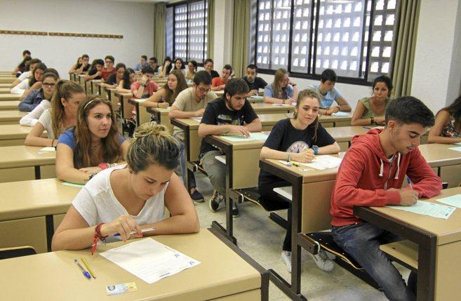 Alumnos realizando los exámenes de selectividad en la pasada...