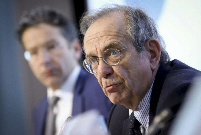 El ministro italiano de Finanzas y el presidente del Eurogrupo (izda),...