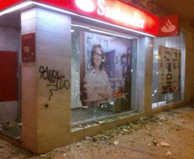 Los manifestantes han atacado con piedras una oficina bancaria situada...