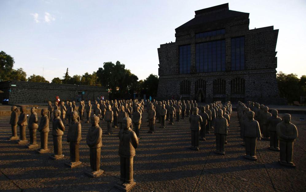 Figuras de guerreros de terracota se muestran como parte de la...