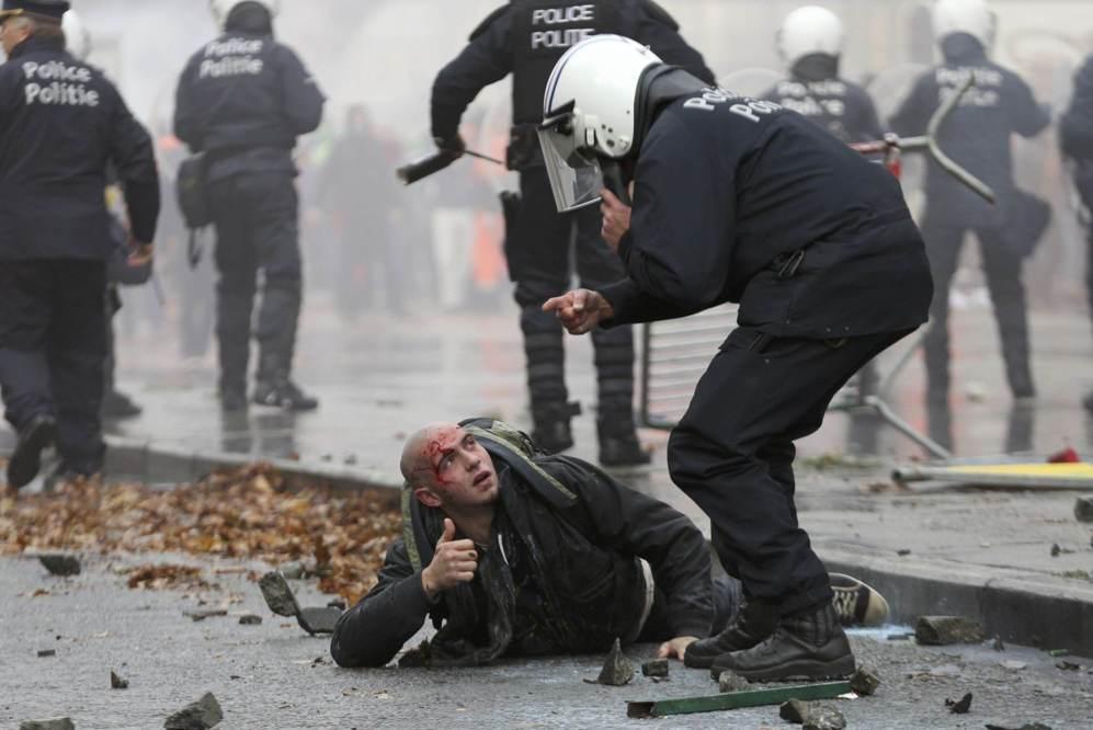 Un manifestante es detenido, por la policía antidisturbios, durante...