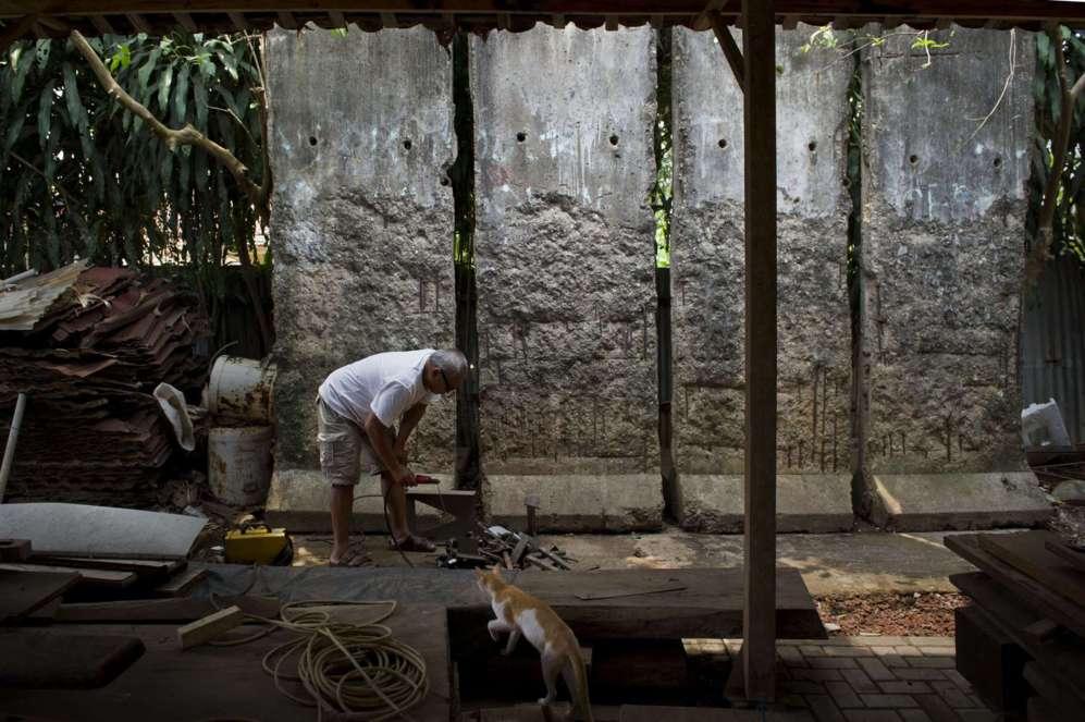 El artista indonesio, Teguh Ostenrik, trabaja al lado de cuatro...