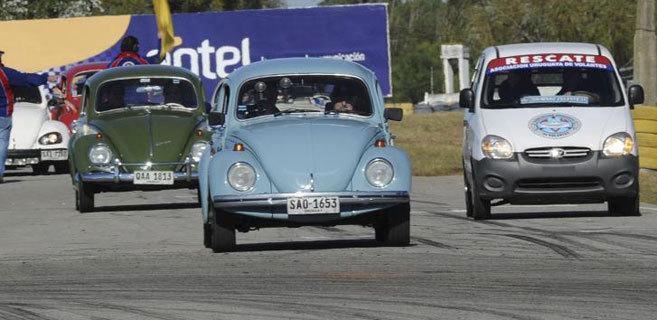 En el centro, José Mújica conduce su mítico escarabajo azul.