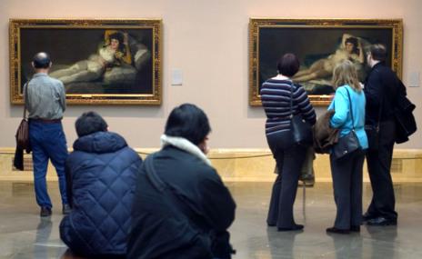 Turistas contemplan pinturas en el Museo del Prado