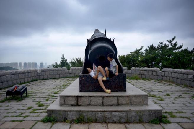 Dos niños descansan en una fortaleza construida durante la Primera...