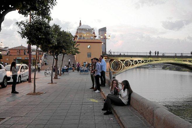 Unos jóvenes se hacen una foto en el mismo sitio donde cayó la...