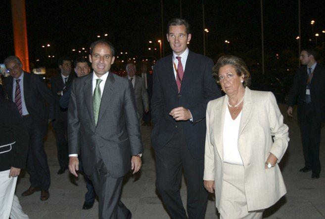 Francisco Camps y Rita Barberá junto a Iñaki Urdangarin en el primer...