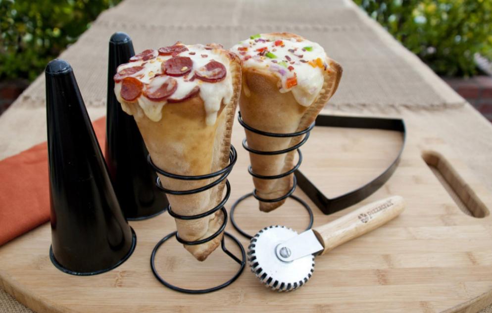 Este invento para poder tomarte la pizza como si fuera un cucurucho.