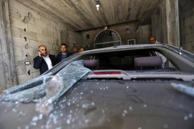 Un líder de Fatah habla por teléfono mientras observa los...