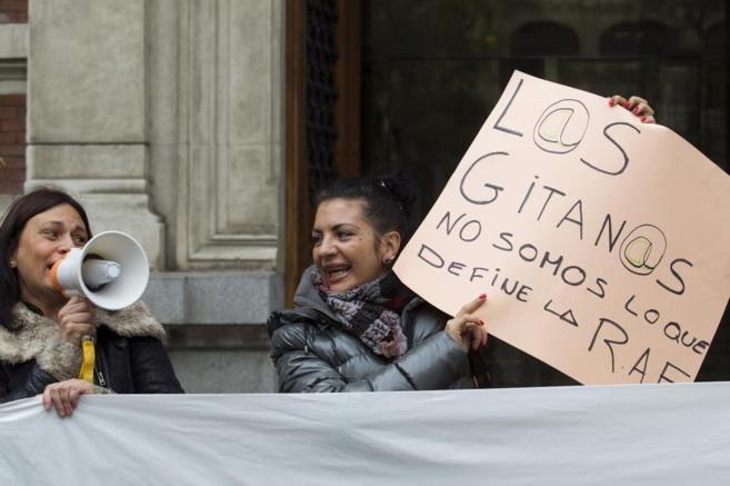 Una decena de manifestantes gitanos se han congregados a las puertas...