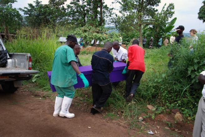Traslado de uno de los fallecidos por ébola en África.
