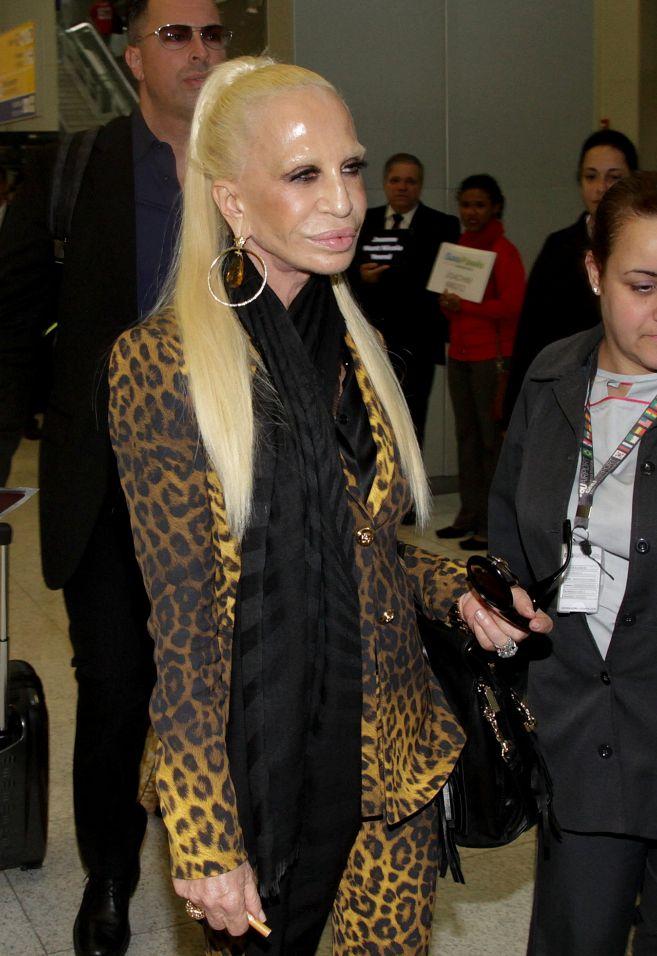 Donatella Versace, a su llegada a Brasil, con la cara brillante cual...