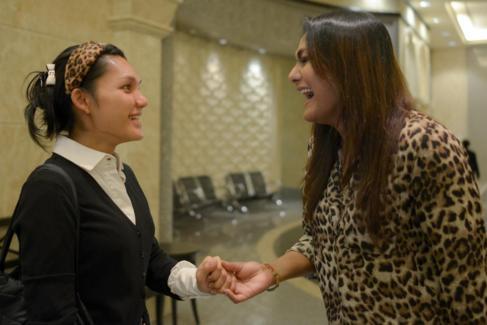 Nisha Ayub, activista transexual, saluda a su amiga en los juzgados de...