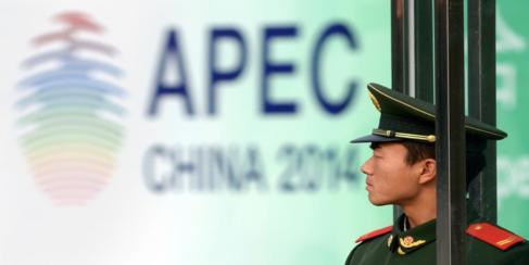 Un soldado hace guardia ante la sede de la Cumbre de la APEC.