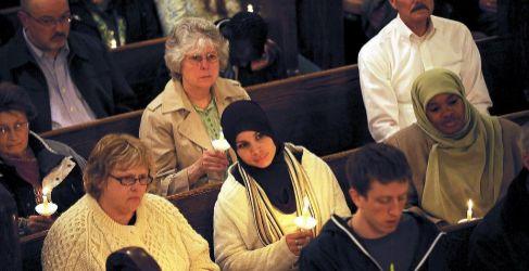 Gente con velas en una iglesia luterana.