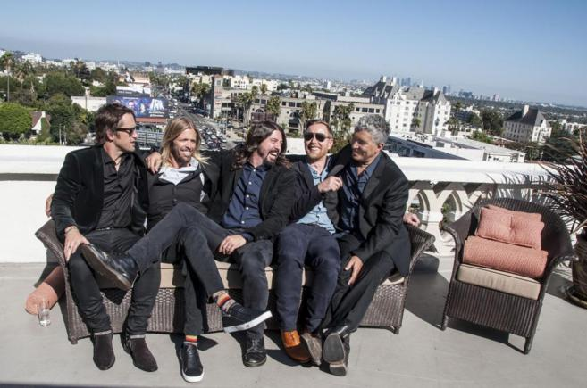 De izqda. a dcha., los cinco Foo Fighters, Taylor Hawkins, Dave Grohl,...