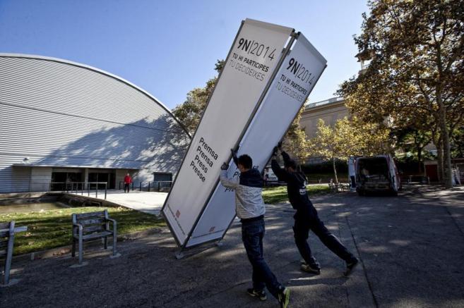 Preparativos, ayer en Barcelona, del centro de prensa del 9-N montado...