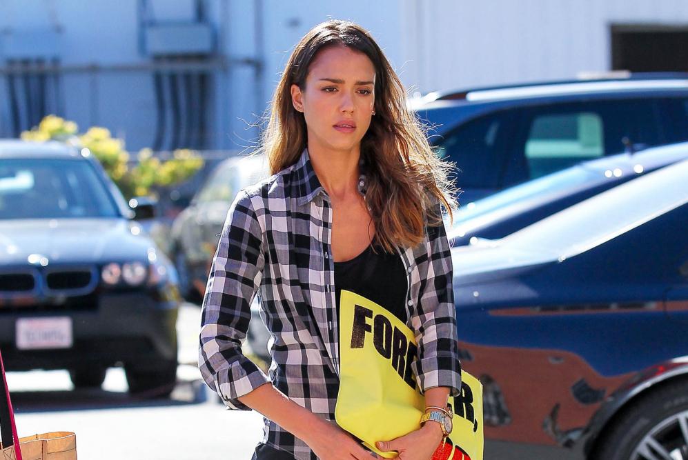 Jessica Alba de camino a la oficina en Santa Mónica, California,...
