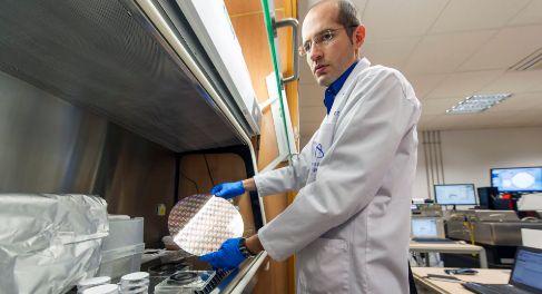 Noel Rodríguez muestra una lámina de grafeno en su laboratorio de la...