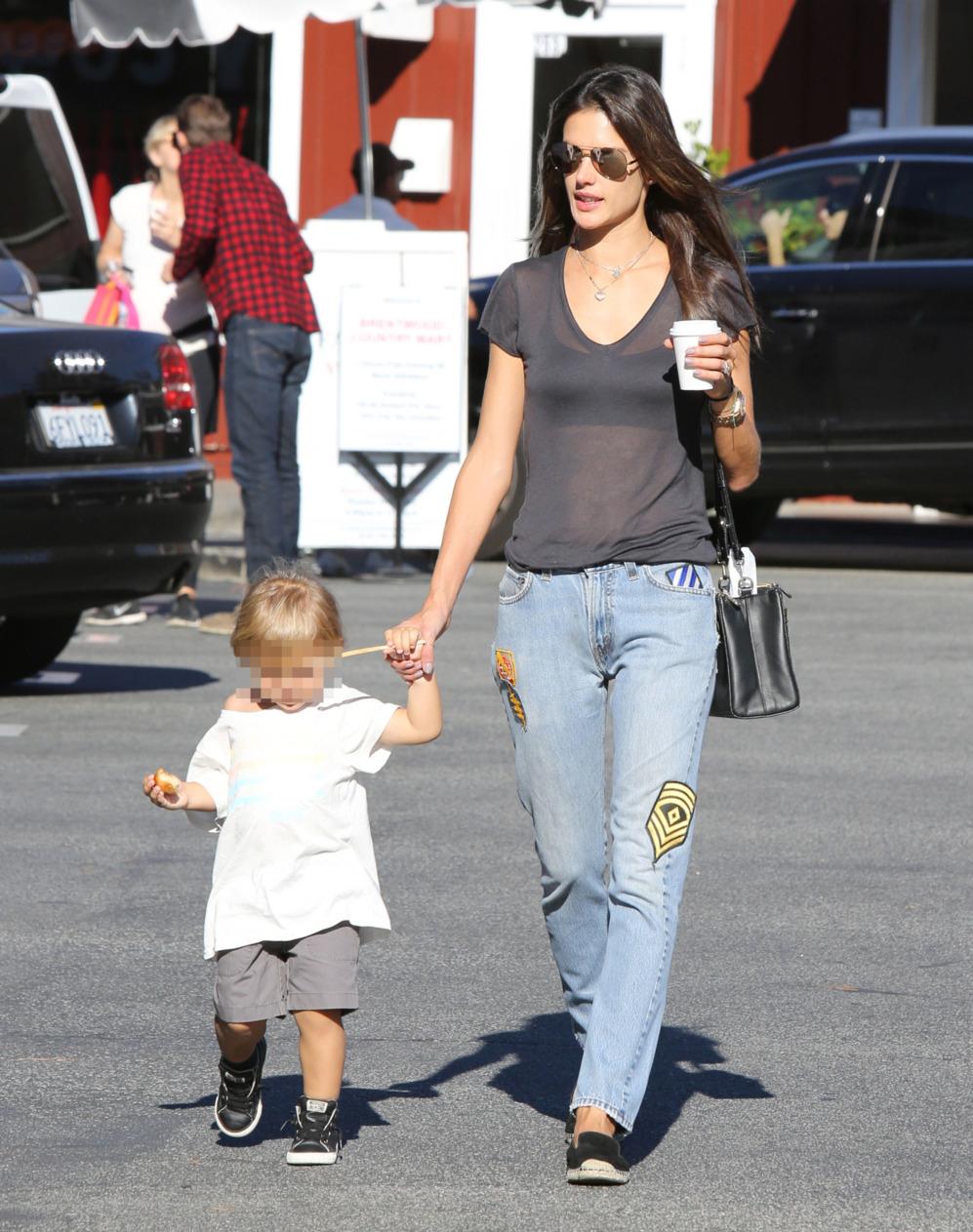 Alessandra Ambrosio de compras con  su hijo Noah  Phoenix Ambrosio...