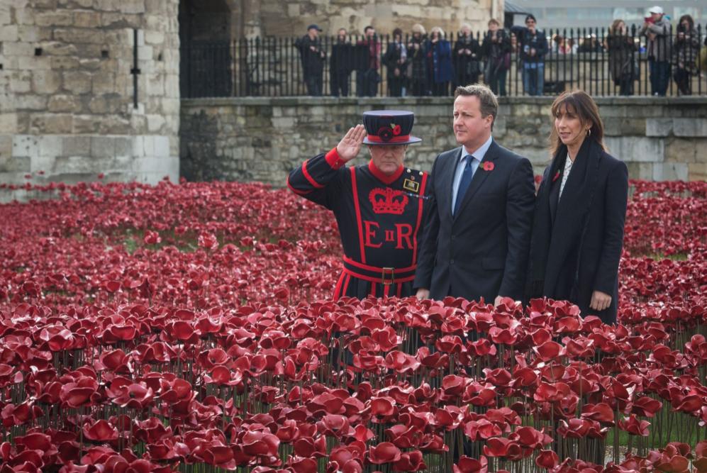 David Cameron y su mujer Samantha  en la Torre de Londres celebrando...
