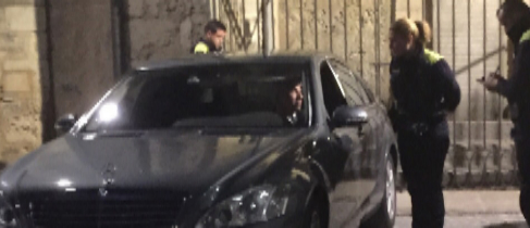 Guardias urbanos sancionan al vehículo oficial del diputado general...