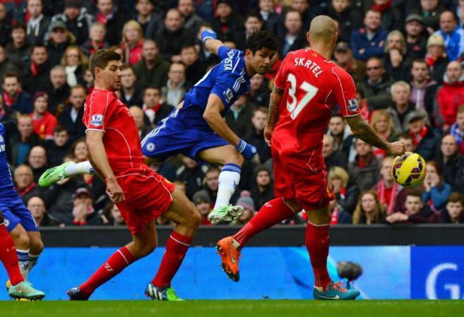 Diego Costa dispara a puerta ante la mirada de Gerrard y Skrtel.