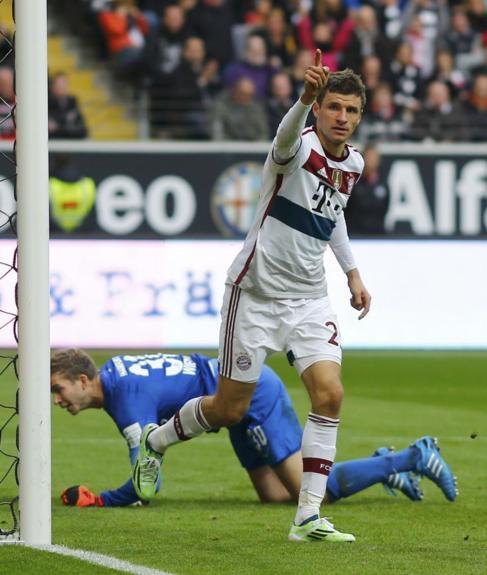 Müller celebra uno de sus goles ante el Eintracht.