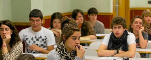 Jóvenes estudiantes vascos en la Universidad del País Vasco.