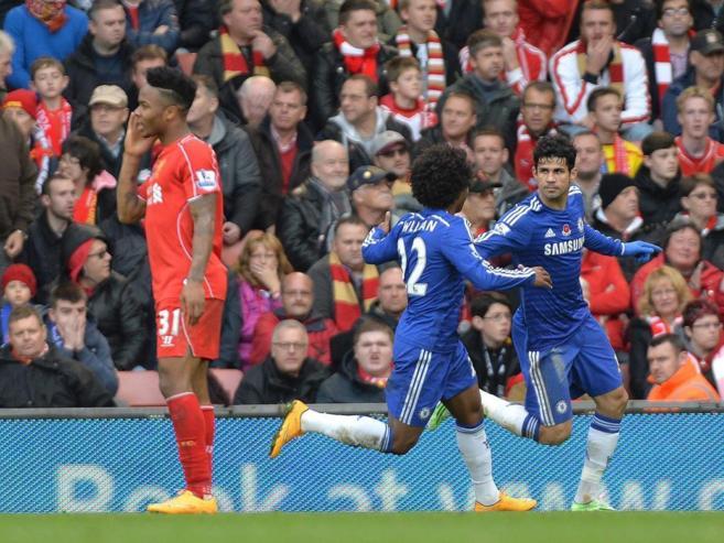 Diego Costa celebra con Willian el tanto de la victoria ante el...