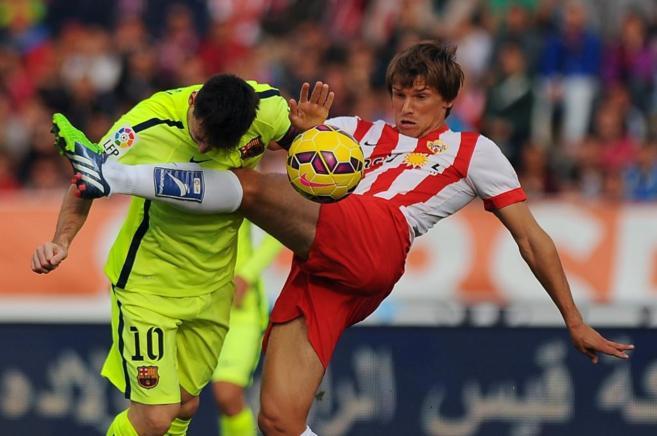 Dubarbier y Messi se disputan el balón.