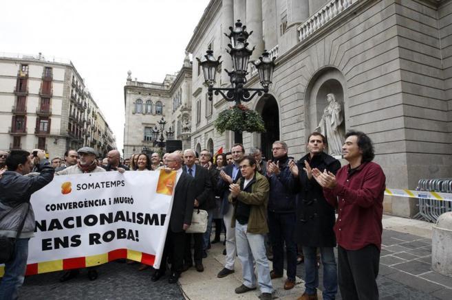 Arcadi Espada y Albert Rivera en la Concentración en la Plaza Sant...