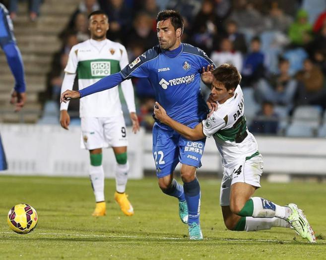 Juan Rodríguez (c) lucha por el balón con Mario Pasalic.