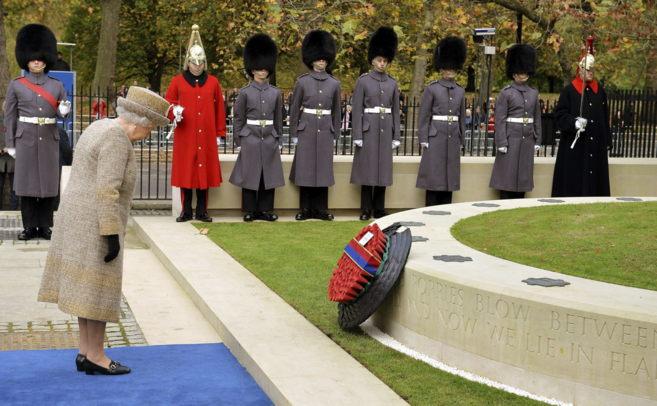 La reina Isabel II inaugura el jardín conmemorativo de la I Guerra...