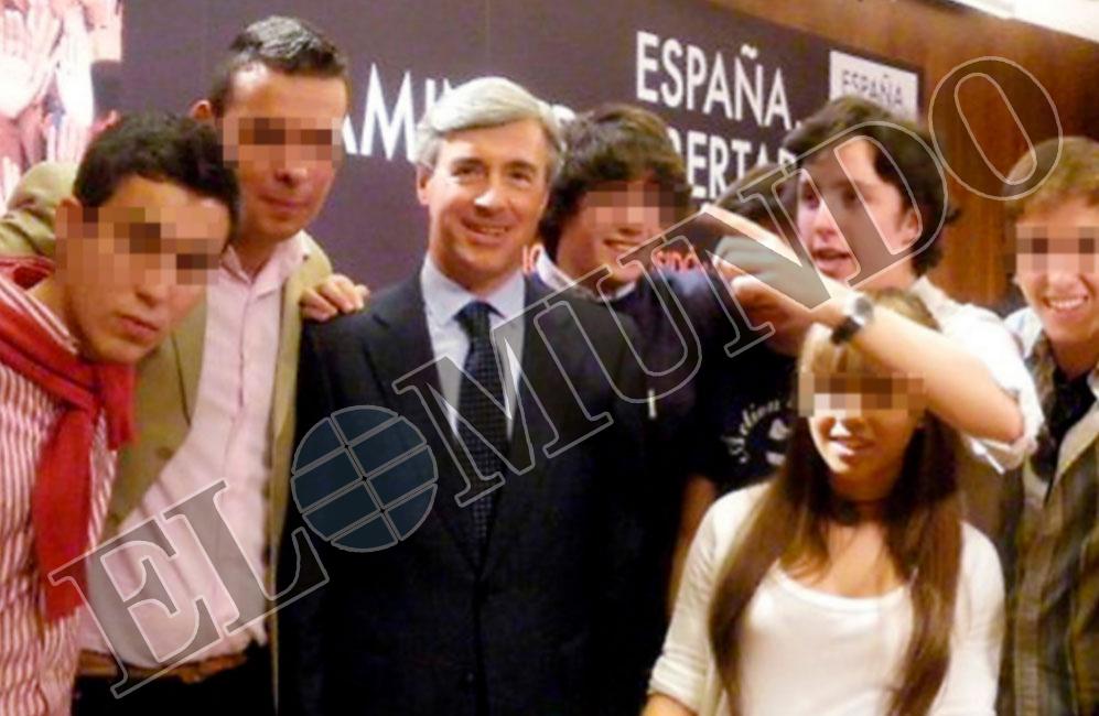 EXSECRETARIO GENERAL DEL PP. En junio de 2010 acompaña a Ángel...