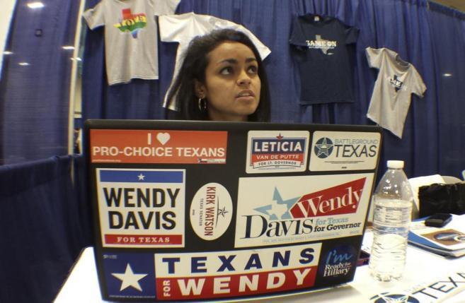 Un miembro del personal de campaña de Wendy Davis, en la Convención...