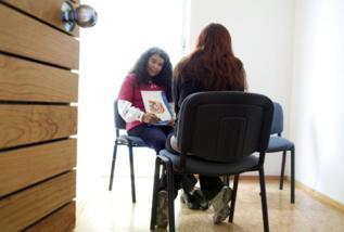 Una psicóloga y una mujer en una clínica mexicana.