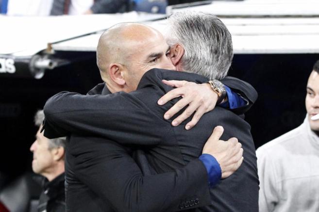 Jémez y Ancelotti se abrazan antes del partido.